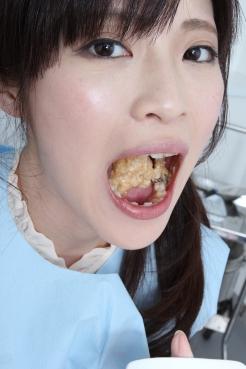 百合川さらちゃん チキンを咀嚼